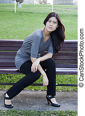 jovem, mulher asian, sentar