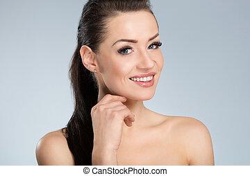 jovem, mulher bonita, com, cabelo preto, sorrindo