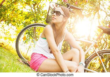 jovem, mulher bonita, deitando, grama, em, verão