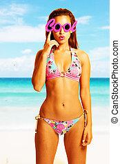 jovem, mulher bonita, desfrutando, a, sol, praia, desgastar, fresco, óculos