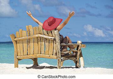 jovem, mulher bonita, desfrutando, férias verão, praia, relaxe, verão, em, trópicos