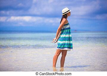 jovem, mulher bonita, durante, férias praia