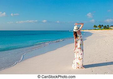 jovem, mulher bonita, durante, praia tropical, férias