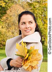 jovem, mulher bonita, em, a, outono, parque