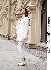 jovem, mulher bonita, em, avental, ligado, a, fundo, de, primavera, rua