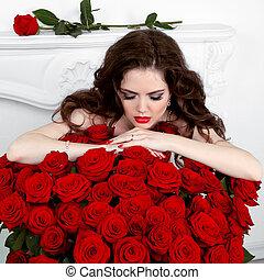 jovem, mulher bonita, inclinar-se, a, rosas vermelhas, bouquet., dia dos namorados
