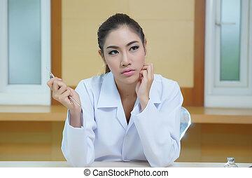 jovem, mulher bonita, odontólogo, segurando, ferramentas dentais