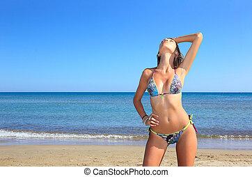 jovem, mulher bonita, posar, praia