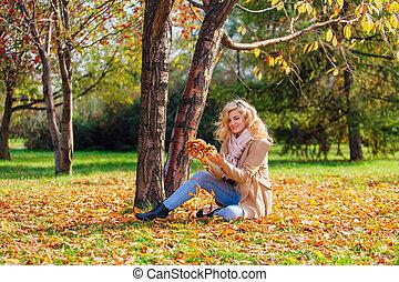 jovem, mulher bonita, vomitando, caído, outono sai, sobre, dela, cabeça