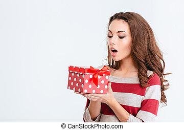 jovem, mulher espantada, segurando, caixa presente