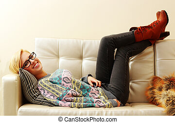 jovem, mulher feliz, mentindo, sofá, casa