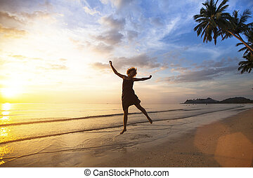 jovem, mulher feliz, pular, ligado, a, costa mar, durante, a, espantoso, sunset.
