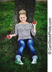 jovem, mulher grávida, sentando, sob, a, árvore