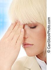 jovem, mulher negócio, com, dor de cabeça