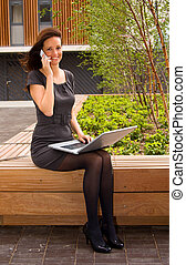 jovem, mulher negócio, com, laptop.