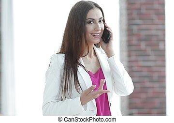 jovem, mulher negócio, falando, ligado, a, smartphone