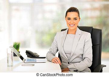 jovem, mulher negócio, sentar-se escritório