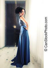 jovem, mulher preta, modelo, de, moda, com, vestido azul