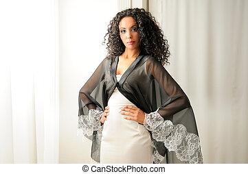 jovem, mulher preta, modelo, de, moda, com, vestido partido