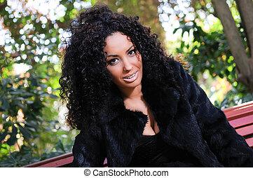 jovem, mulher preta, modelo, de, moda, em, um, jardim