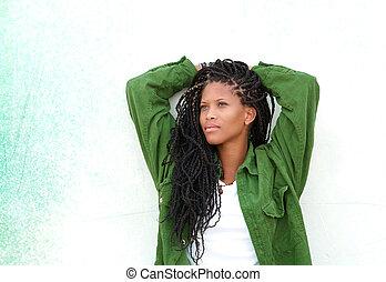jovem, mulher preta, relaxante, ao ar livre