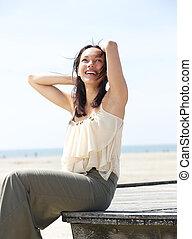 jovem, mulher sorridente, despreocupado, ao ar livre