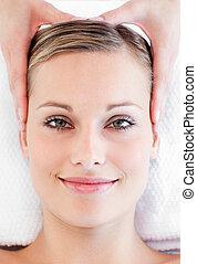 jovem, mulher sorridente, recebendo, um, massagem cabeça