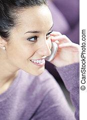 jovem, mulher sorridente, telefone