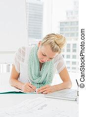 jovem, notas, mulher, casual, escrita