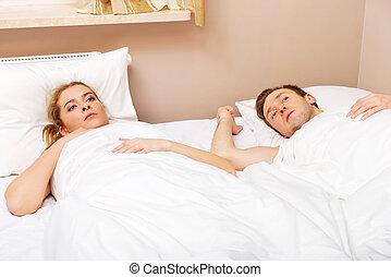 jovem, ofendido, par, mentindo cama