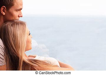 jovem, par amoroso, abraçar, e, olhar, um, bonito, seaview,...