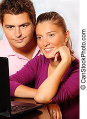 jovem, par casado, procurar, internet