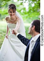 jovem, par casando, -, freshly, wed, noivo, e, noiva, posar, ao ar livre, ligado, seu, dia casamento