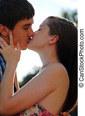 jovem, par feliz, homem mulher, beijando, luz, chama