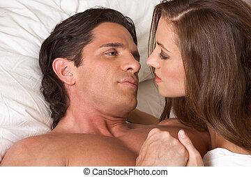 jovem, par heterossexual, cama