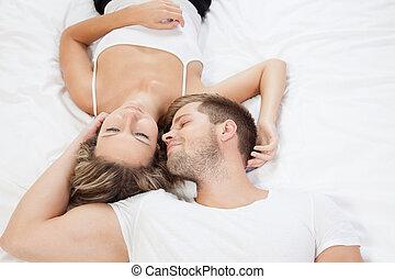 jovem, par romântico, cama