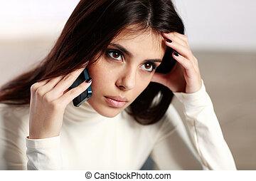 jovem, pensativo, mulher fala telefone