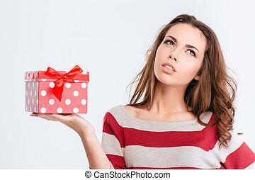 jovem, pensativo, mulher segura, caixa presente