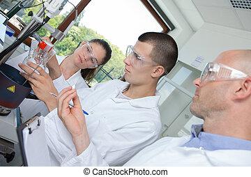 jovem, phd, olhar, microscópio, cientista, através, estudante