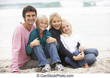 jovem, praia, inverno, família, sentando