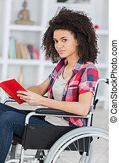 jovem, preocupado, mulher, em, cadeira rodas, segurando, livro