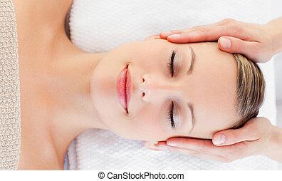 jovem, relaxado, mulher, recebendo, um, massagem cabeça