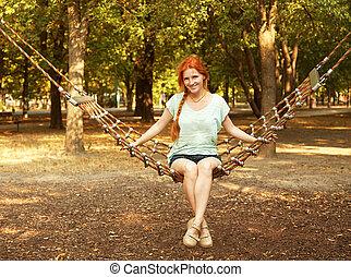 jovem, relaxante, mulher, em, um, rede, ao ar livre