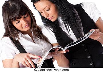 jovem, revista, leitura, duas mulheres