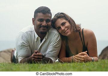 jovem, romanticos, raça misturada, par, mentindo, parque, ligado, verde, grass.