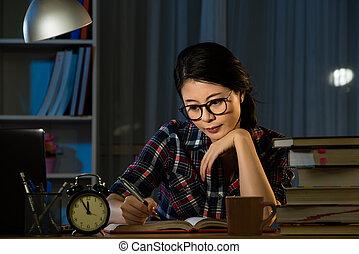 jovem, sério, asiático, estudante, estudar