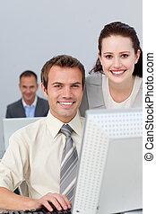 jovem, sócios negócio, trabalhe, em, um, computador
