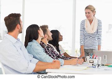 jovem, saliência, escutar, equipe, desenhistas, reunião, feliz
