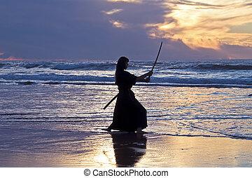 jovem, samurai, mulheres, com, japoneses, sword(katana), em, pôr do sol, praia