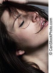 jovem, sensual, mulher bonita, com, olhos fechados